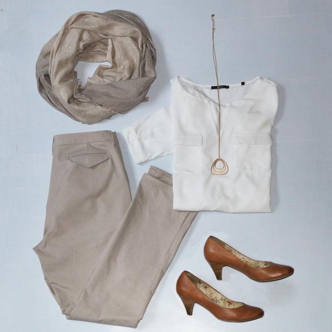 Outfit mit beigefarbener Hose - Schneidersitz
